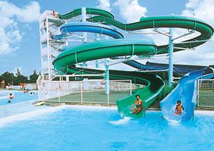 ホテルやレストラン、ゴルフ練習場などの複合施設、「ニューサンピア」では、毎年夏に屋外プールがオープンします。ダイナミックなスリルが味わえるウォーター